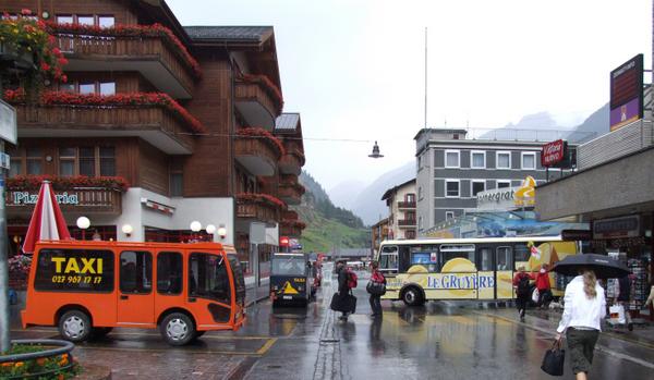 Elektrotaxis_und_Elektrobus_in_Zermatt